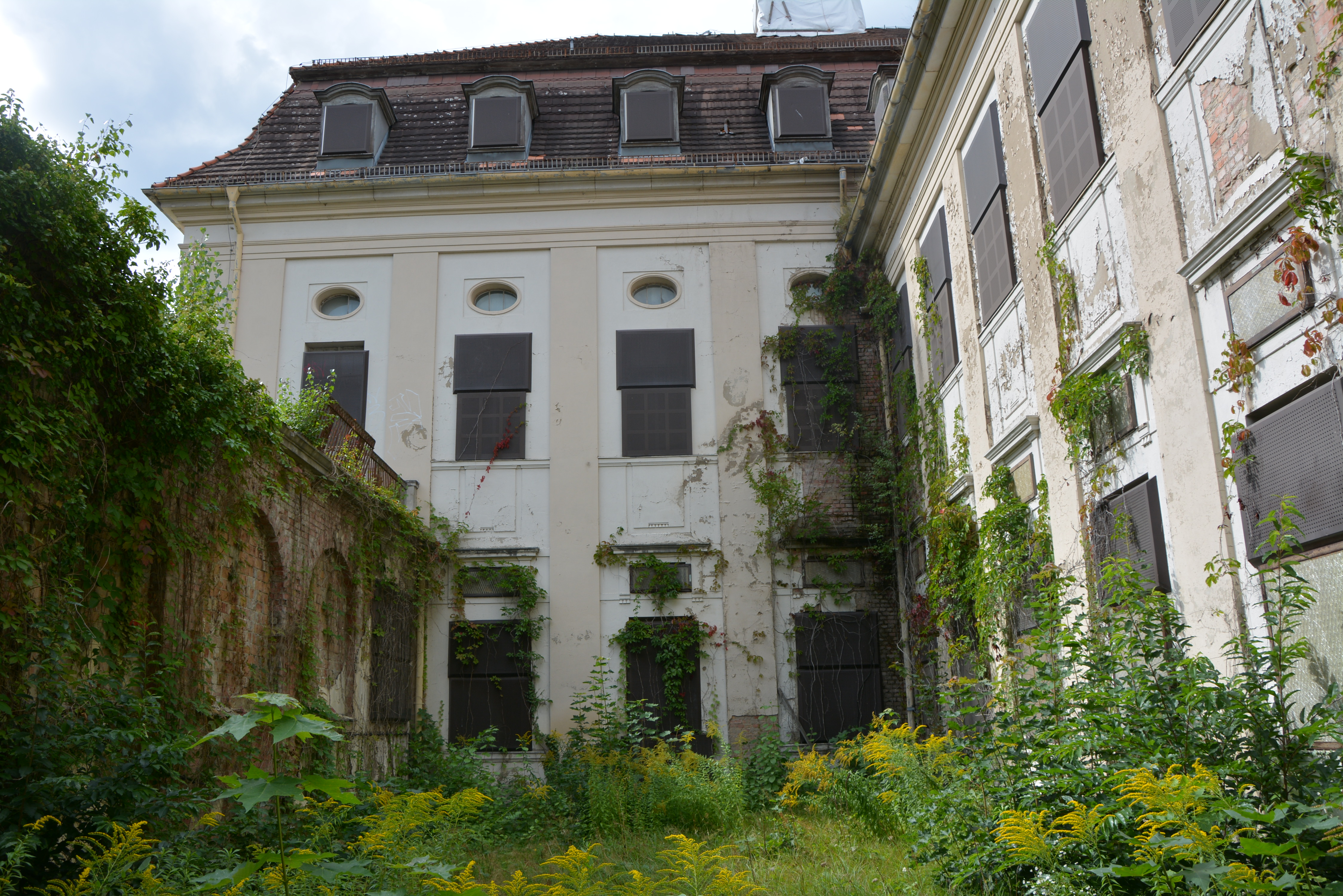 Abandoned Places in Berlin Waldhaus Buch Abandoned Sanatorium Garden Courtyard